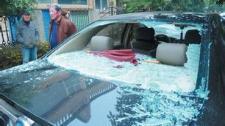 住户高空抛玻璃瓶砸车惹众怒 被人砸家门