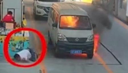 重庆一面包车加油站起火