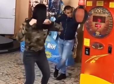 男子遭女友一拳打蒙圈