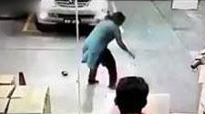 实拍两飞车贼抢劫遇女汉子 遭过肩摔猛踹