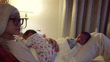 范玮琪晒抱双胞胎自拍:一个坐腿一个坐肚子