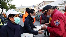 万众一心!台南地震灾区 民众积极伸援手