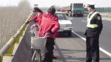 赌气妻子带女儿出走 自行车骑上高速路