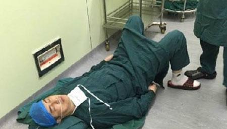 安徽芜湖:58岁医生连做7台手术累倒在手术室