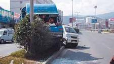 监拍大货车空档滑行酿事故 连撞三车两人受伤