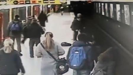 地铁站台小男孩突然掉入轨道