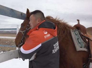 内蒙古快递员雪地骑马送取快递