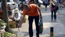 亿万富翁每天捡垃圾2小时 称为倡导增强环保意识