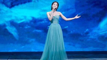 张雪迎绿纱裙亮相晚会