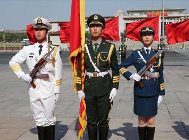 解放军三军仪仗女兵中的护旗手