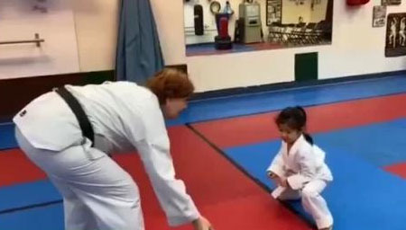章子怡带醒醒练跆拳道