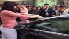 不满男友提出分手 女子街头疯狂砸车