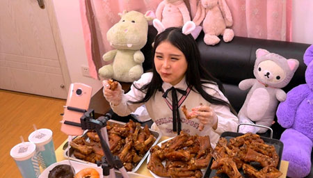 大胃少女直播吃30个猪蹄 一举动吓坏粉丝