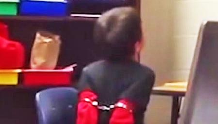 警察用手铐铐住8岁男孩