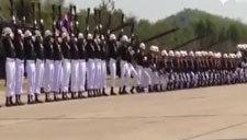"""泰国仪仗队跳""""波浪舞"""" 小伙伴们都惊呆了"""