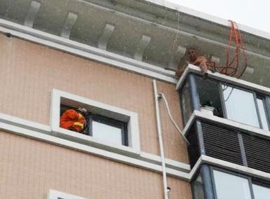 男子欲从楼顶空降回家被困高空