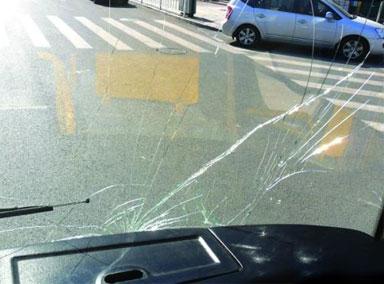 广州一公交车自撞珠江隧道口