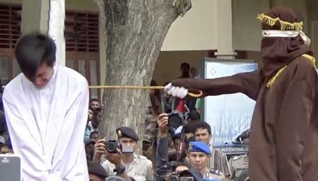 印尼同性恋遭鞭刑,现场数百人围观
