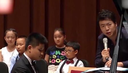 盲人钢琴少年与郎朗同台