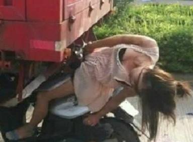 电动车美女无视车流,随意横穿马路