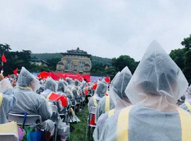 武汉大学暴雨中毕业典礼