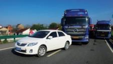 奇葩货车司机在高速上用绳子拽油门驾驶