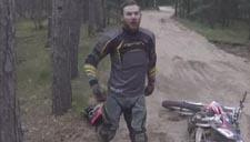 实拍男子骑摩托撞黑熊 人仰马翻摔成脑震荡