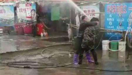 为抢客源两洗车店女老板大冷天水枪互射