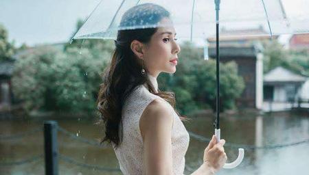 李若彤穿长裙雨中漫步