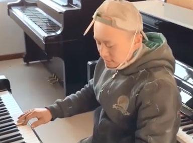 油漆工自学钢琴可弹百首曲子