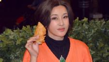 刘晓庆超短裙谈整容:被质疑全身都是假的