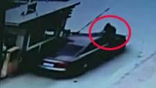 实拍奥迪车顶着保安狂飙 只因停车收费起纠纷