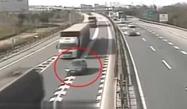 私家车高速把自己送到三辆大货车中间