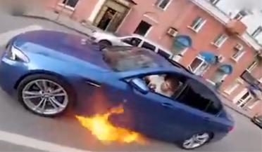 男子驾驶燃烧的宝马狂飙