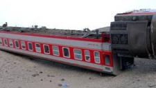 太惊险!实拍火车被狂风吹致脱轨坠桥