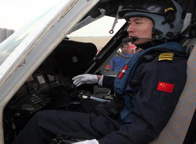 暴风营救!中国飞行员倒开直升机