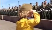 俄罗斯大兵遇到街边小首长突击检阅 太可爱了!