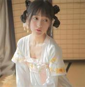 星女郎徐娇参加婚礼,遭众宾客围观合影,21岁就已显老态