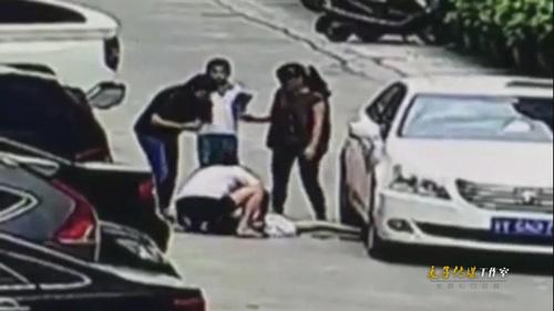 监拍小女孩马路玩耍遭碾压 女司机和家长当场崩溃