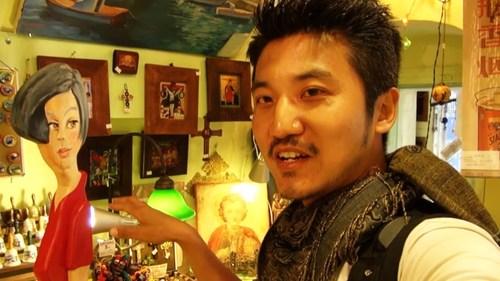 雷探长看到希腊小店挂着陈鲁豫照片,店长以此作为招牌吸引中国游客