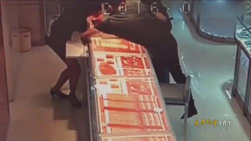 监拍两男子珠宝店盗窃首饰 配合默契店员浑然不知