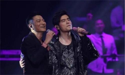 周杰伦演唱会表演魔术失误,刘德华表情亮了,私下没商量?
