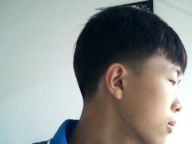 求发型师给我设计一个发型~本人男,学生(附带本人图片图片