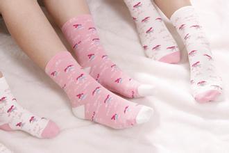穿白袜子的小女孩的图片