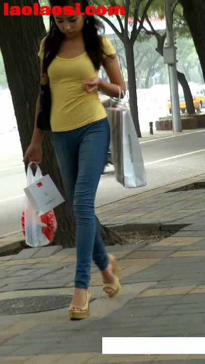 蓝色紧身牛仔; 街拍紧身牛仔裤清纯气质美女