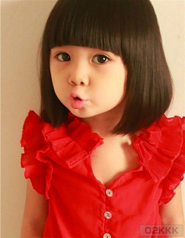 穿红色衣服撅嘴小女孩原图片?