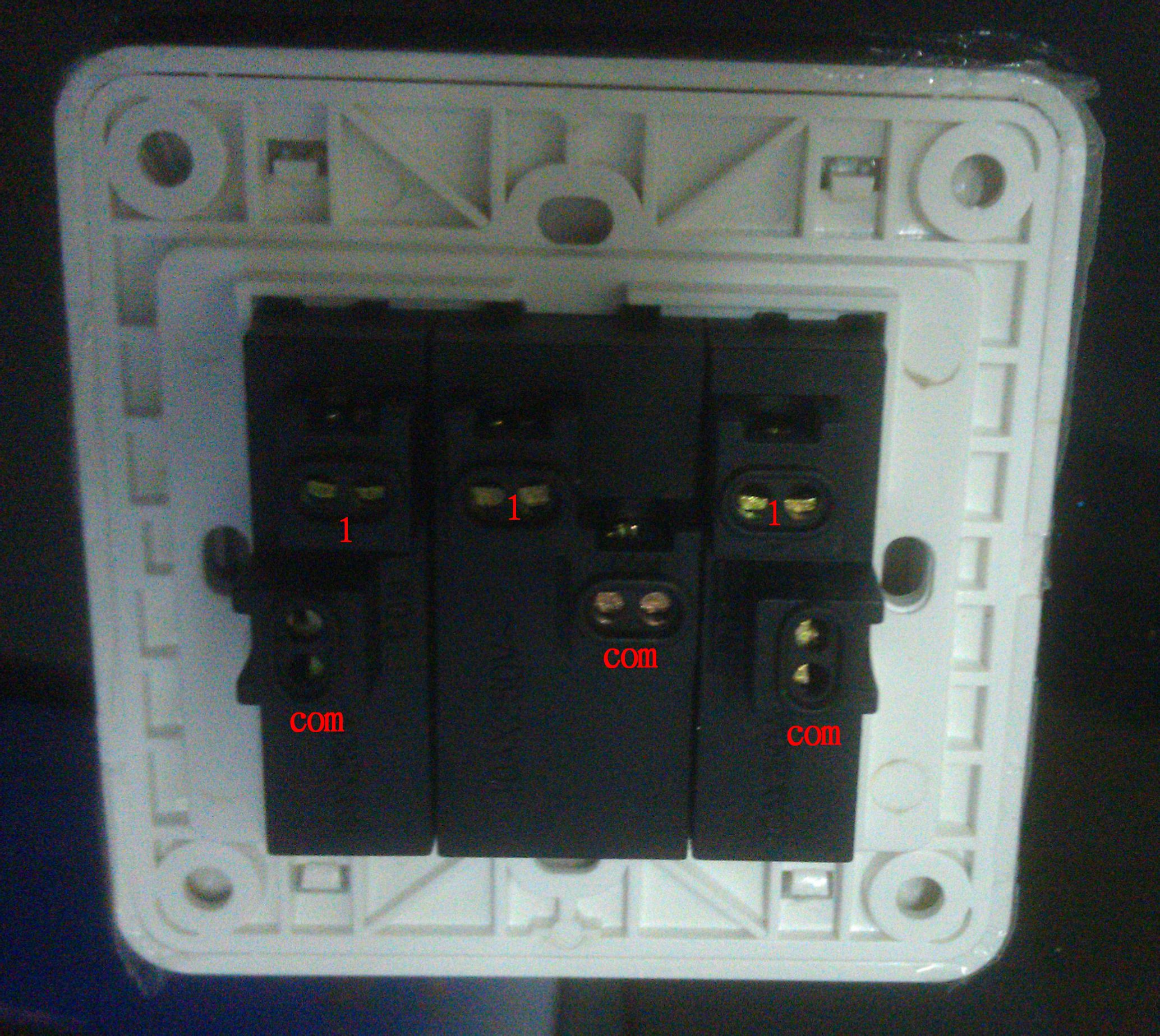 西门子3开单控插座怎么接线,开关上面有6个孔,可以暗盒里面只有4根线图片