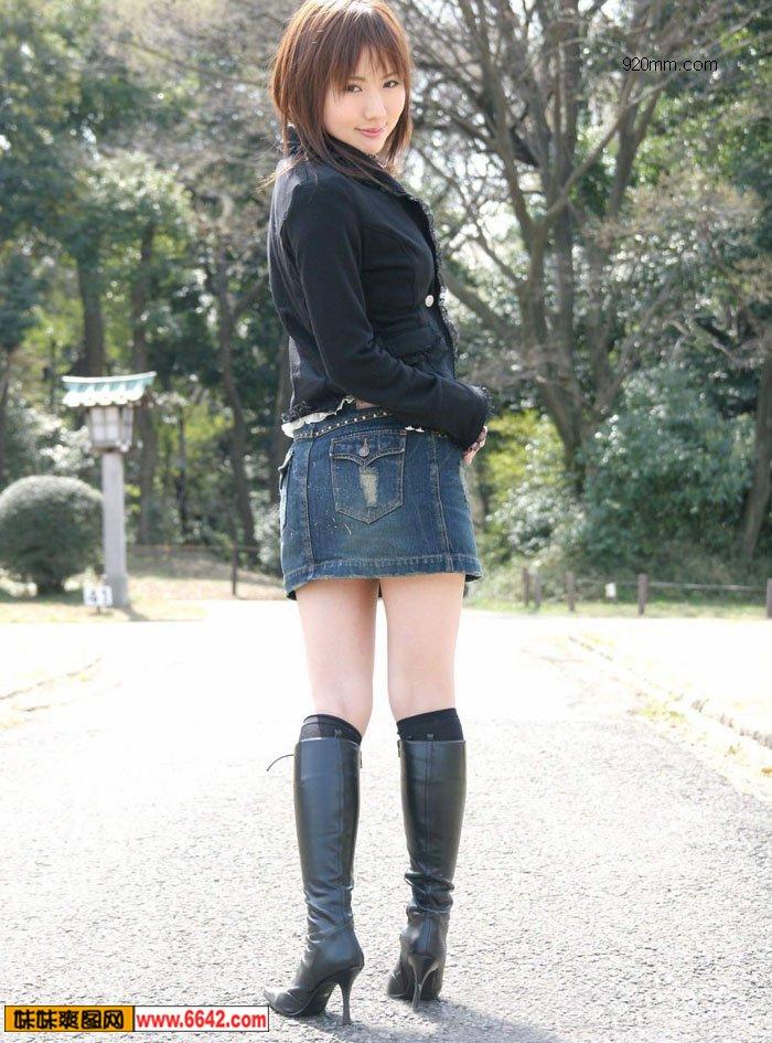 牛仔裤美女图片;+牛仔热裤