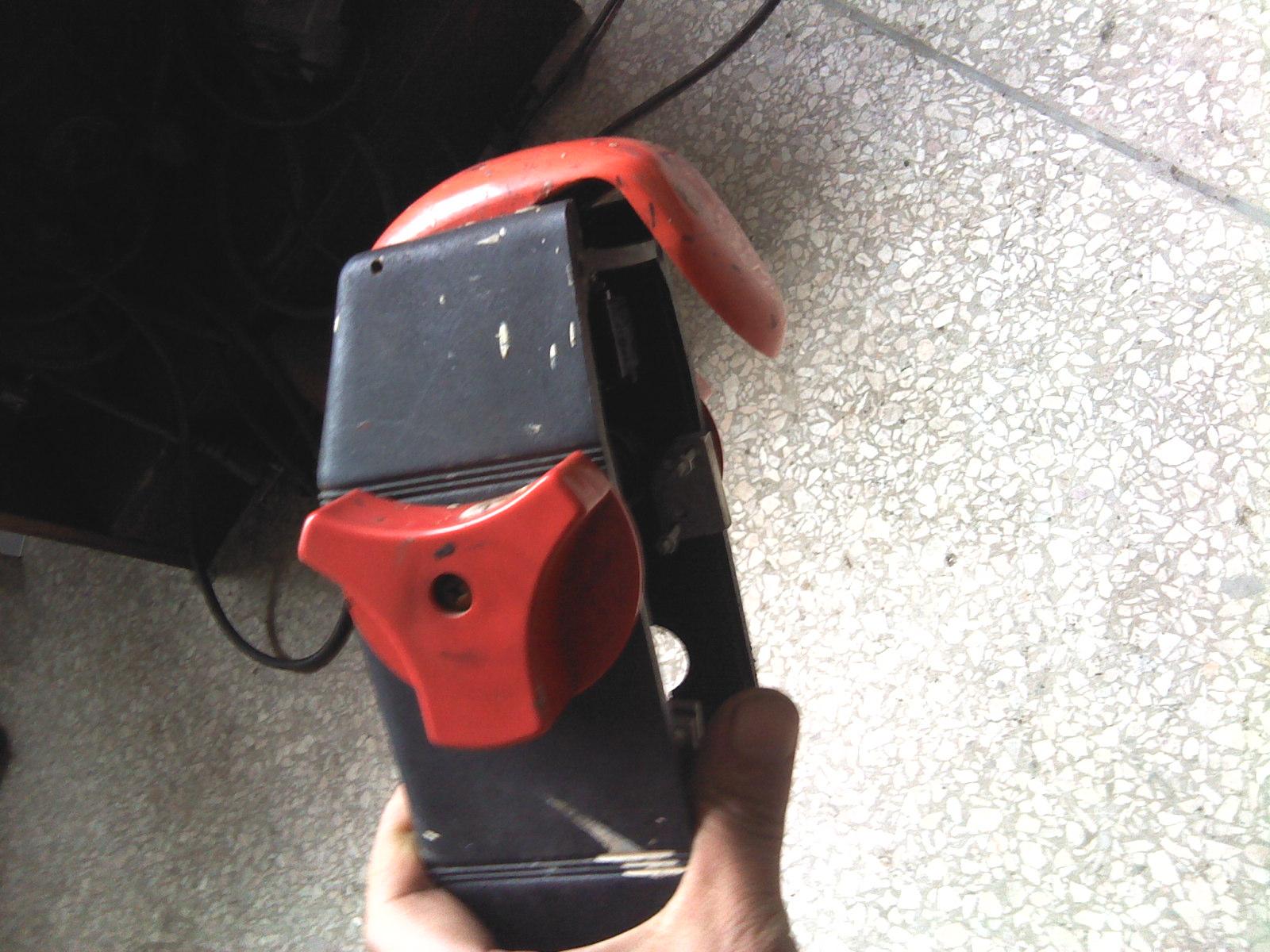 那位能给我一份自行走人工牵引剪式电瓶液压升降机的电路图,谢谢.图片