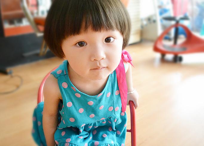 一岁半的小女孩扎头发图片